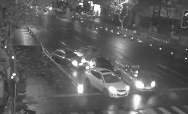 成都男子驾车发生交通事故 逃逸中连撞四车
