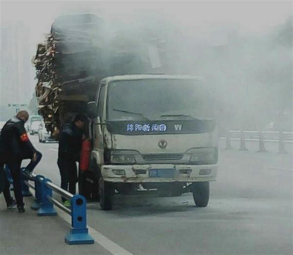 绵阳一货车司机拉废纸板半路自燃 自己浑然不知(图)