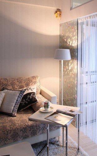 拱线条融入门片设计,并在挑高墙面处增加三个圆弧造型窗辅以浪漫的