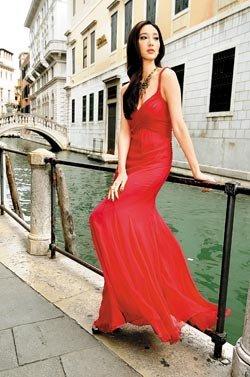 吴佩慈威尼斯街头狂秀风骚 拒带男友赴水都蜜月