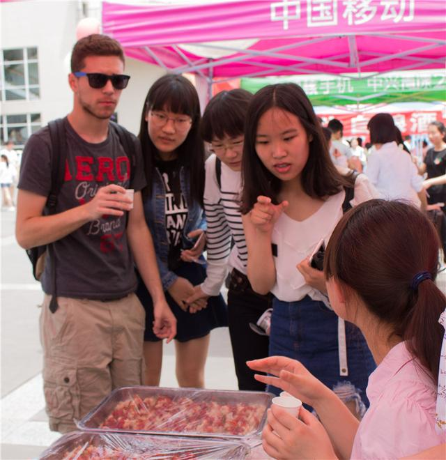 川大锦江学院学生自酿美酒 美国学生喝完要再来一杯