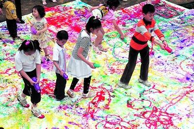 长沙孩子们快乐过六一 数百小画家动物园画老虎