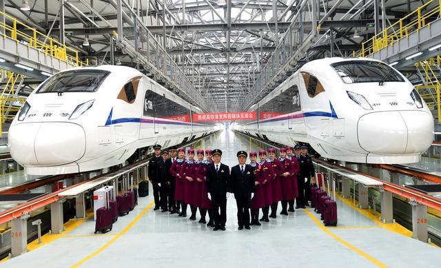 西成高铁首发班组亮相:老司机掌舵 动妹儿养眼