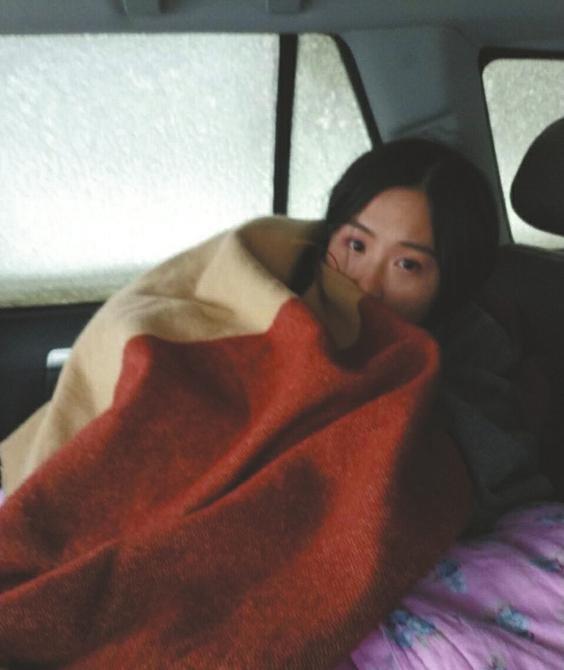情侣被困甘孜大雪山 以为要被冻死时民警敲响了车窗