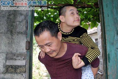 父亲照顾瘫痪女儿四十载 坦然面对未来_新闻图