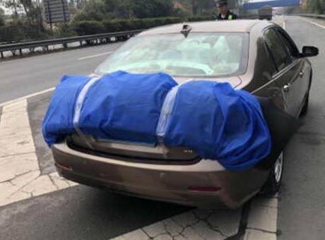 高速上轿车遮挡号牌还违法倒车 被一次性扣27分