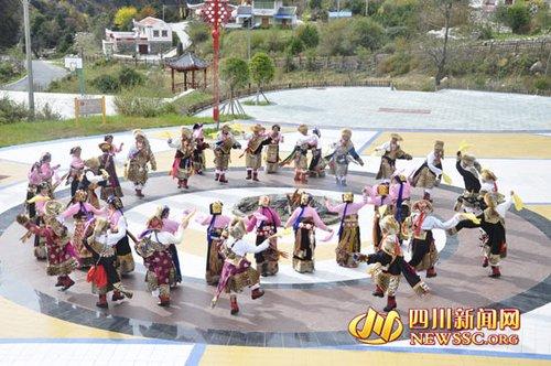 阿坝-金川县千年锅庄换新词 藏族老人喜颂 中国梦高清图片