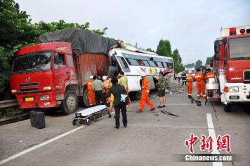 四川大客车广西高速路追尾大货车 死伤20多人