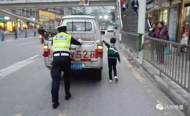 达州一货车抛锚妨碍交通 小暖男帮警察叔叔推车获赞