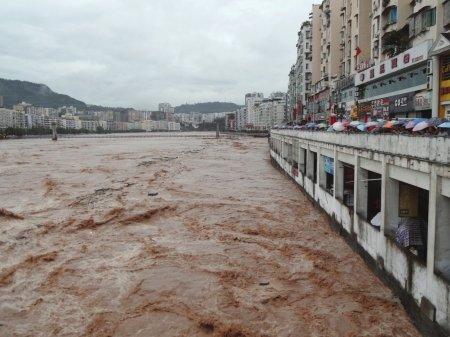洪水扑进巴中市区 大桥颤栗扫光岸边护栏(图)