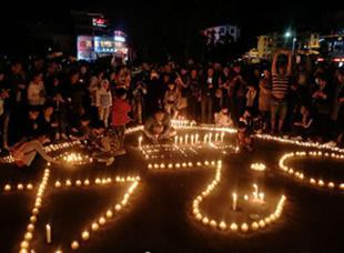 茂县上千群众自发组织点蜡烛祈福