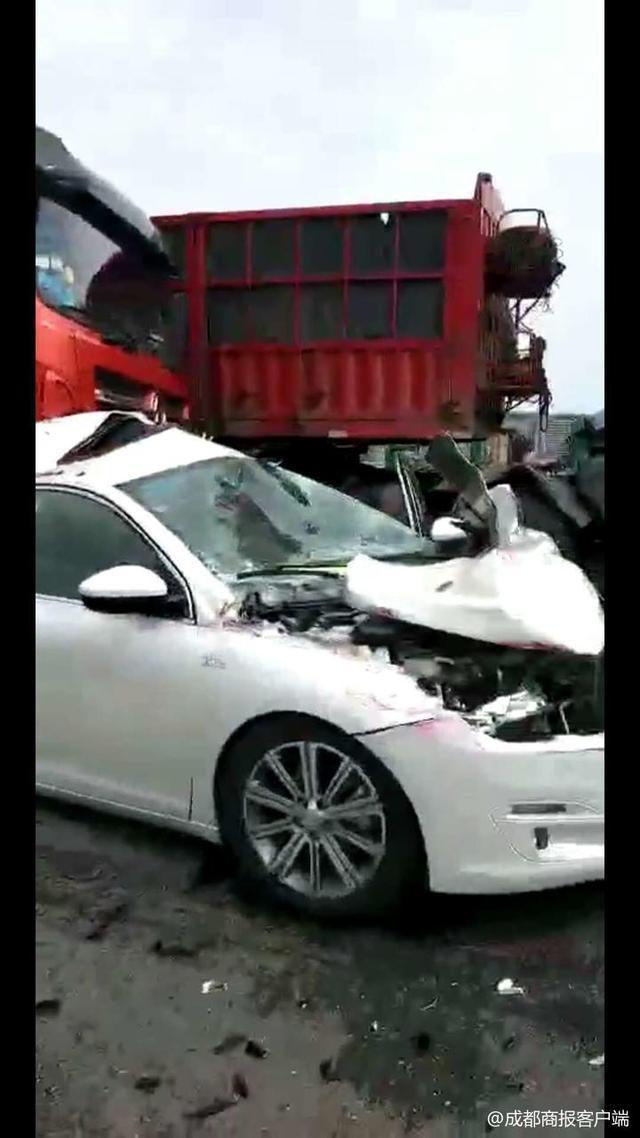巴中南高速路口四车追尾 一车引擎盖完全变形