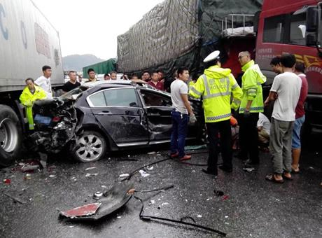 京昆高速绵广段6车追尾 大货车被撞成铁坨坨