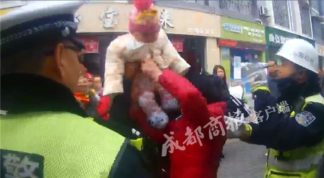 绵阳男子被贴罚单 竟用6个月大孙子多次攻击民警
