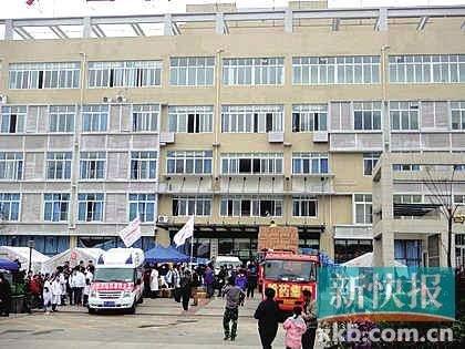 ■芦山县人民医院门诊综合楼地震后全貌。