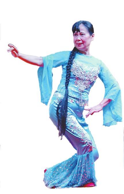 """成都62岁""""舞娘""""的生活:为队员自制舞蹈服(图)"""
