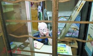 望远镜看黑板 多病缠身的13岁视障娃成学霸