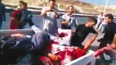 """叙政府通过国营电视台播出画面,指""""滋事者和持枪歹徒""""把军人尸体掷入河中。"""