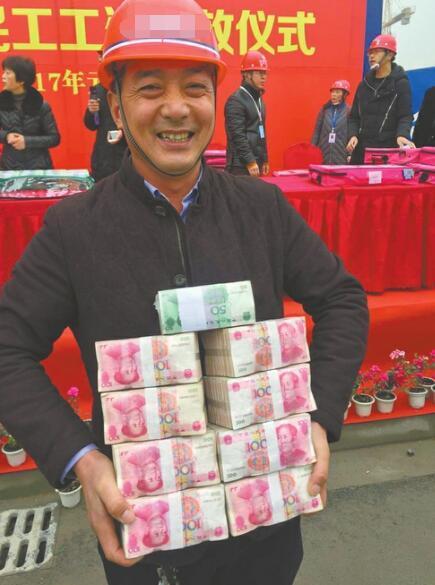 """眉山工地堆""""钱山"""" 为农民工发3600万工资(图)"""