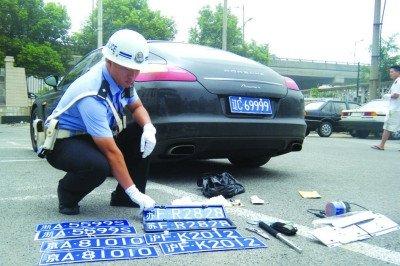 富二代开套牌保时捷街头被抓 藏有毒品匕首