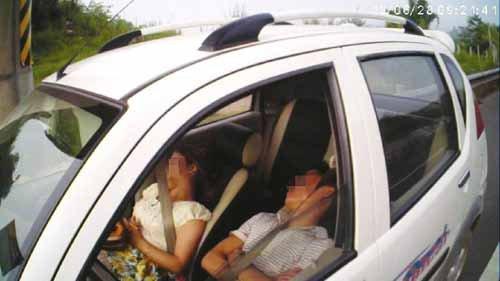 宜宾一私家车高速路占道停车 车内两人酣睡(图)