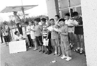 江苏12名小学毕业生因未进名校市政府门前上课