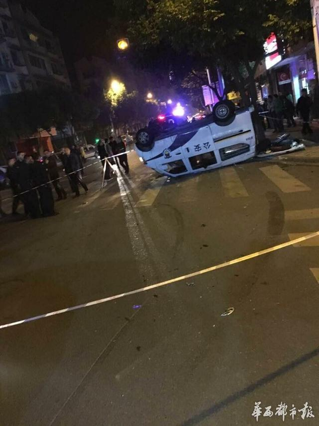 大众小轿车与一辆警车发生碰撞,造成警车翻覆,警车内四人受伤高清图片