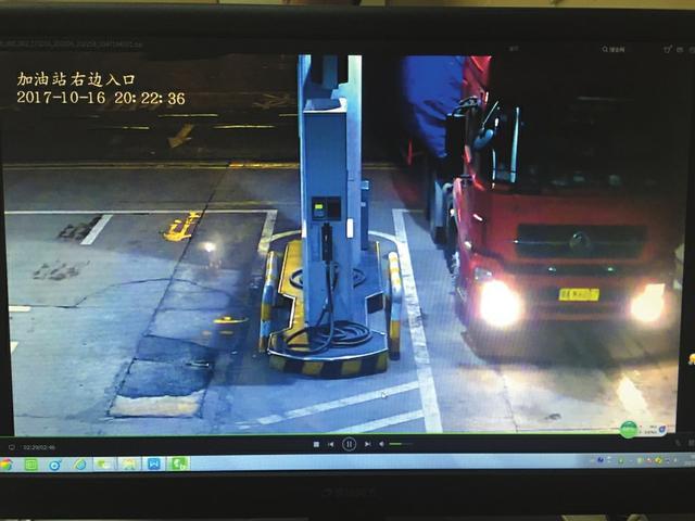 成南高速一套牌车肇事逃逸 路过小车拍下可疑货车