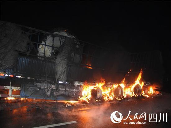 成绵高速德阳段一挂车起火 载有近百吨卷铝(图)