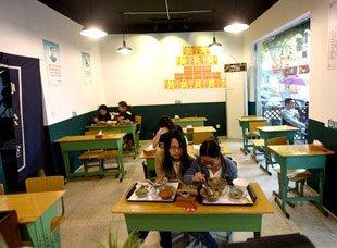 网红餐馆变身老教室:满墙奖状和语录 课桌配钢琴