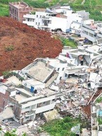 山石倾泻而下吞噬村庄