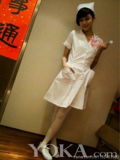 白色的护士服配上白色丝袜加上她诱人高挑的身材怎能