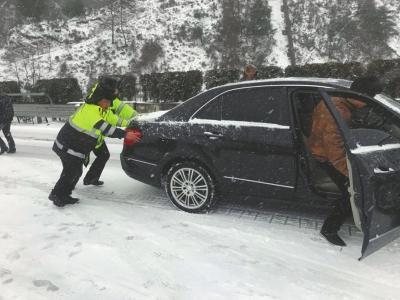 雅西高速遭遇通车以来最强降雪 积雪最深超1米