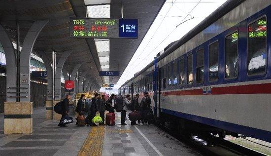 成都至北京西T8次列车乘务员正在组织旅客有序乘车.-成都火车站迎