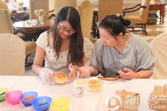 糕点区制作精巧美味的DIY面包 而糕点制作区,则吸引了很多的女生以及孩子们。在师傅们的耐心教导下,亲自动手做着手工面包,涂糖浆、挤奶油、抹巧克力酱忙的不亦乐乎。吃自己亲手做的糕点自然更甜一分,一张张小脸漾满了笑意。而很多业主则是将面包上做出了很多可爱的造型,看着精巧可爱的面包,很多小朋友都舍不得吃了,纷纷用漂亮的盒子将面包装回了家。