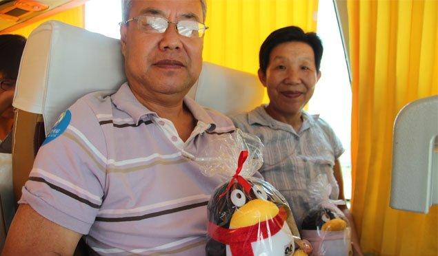 爷爷奶奶喜获QQ公仔