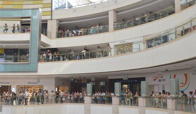 围观群众阵容庞大