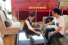 华润国际社区客服热情为客户倒水