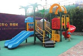 港龙紫荆城售楼处前儿童乐园