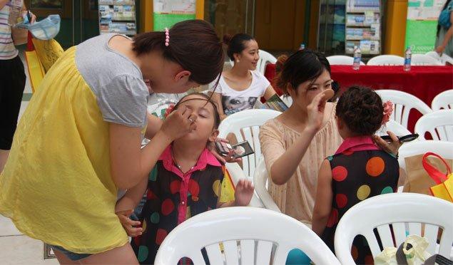 姐妹花在化妆