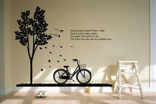 与传统的手绘墙不同,墙贴的图案是已经设计好并制作成型的,只需要动手