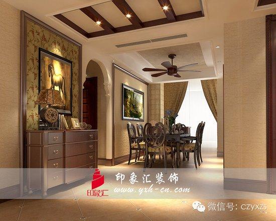 美式墙布背景上挂了一幅骏马壁画,实木的桌椅,吊扇式的吊灯配上拱形图片
