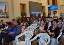 网友在港龙紫荆城参加拍卖活动