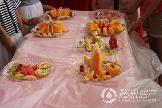 创意水果拼盘,清凉夏天感受 一进活动室,就能看到桌子上由主办方准备图片