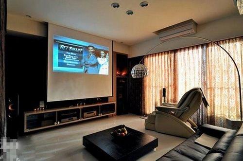 老公凶烈要寻求要买进投影仪放在客厅,故此就在电视背景墙上方设置幕布匹图片