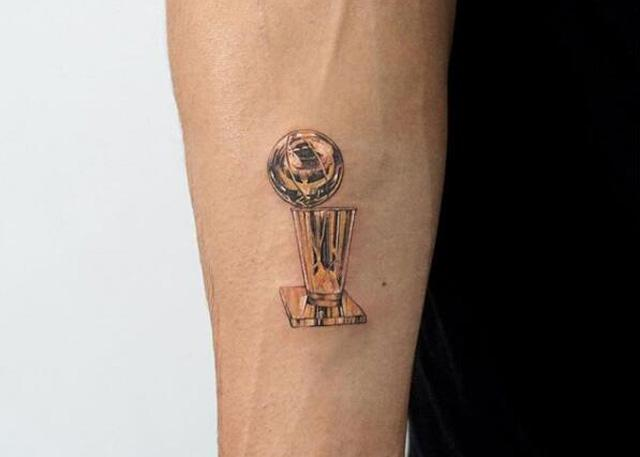 纪念生涯首冠 麦基右臂文上奥布莱恩奖杯
