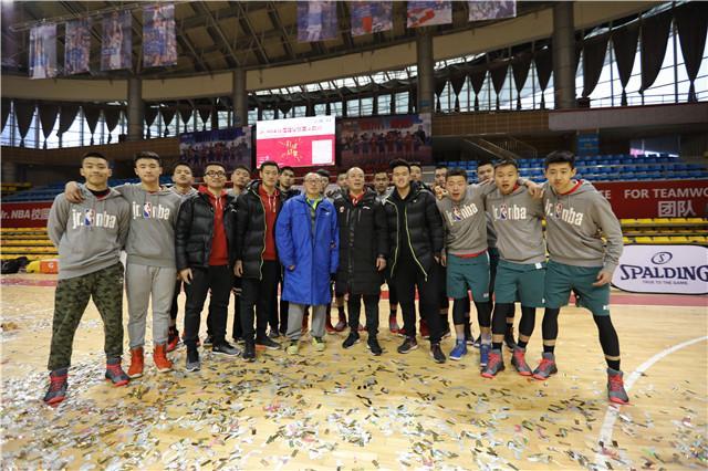 图为张家建教练(前排左四)与南充高中夺得四川站高中组亚军合影