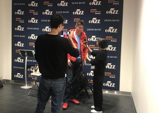 中国男篮蓝队主帅杜峰现场观摩爵士队训练