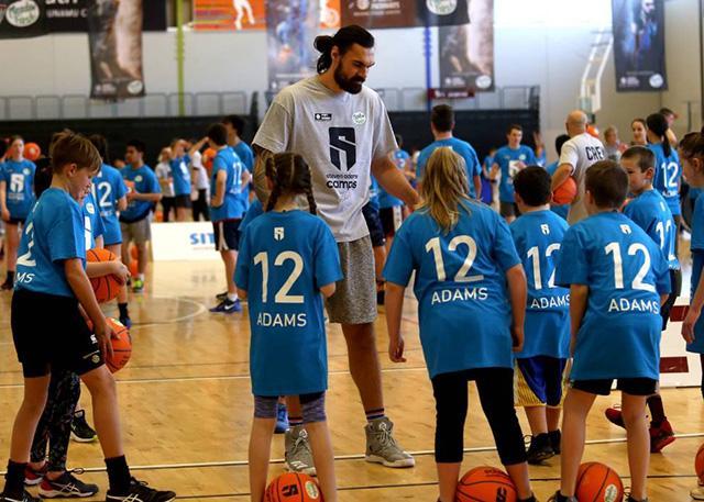 亚当斯回国举办训练营 推动新西兰篮球发展