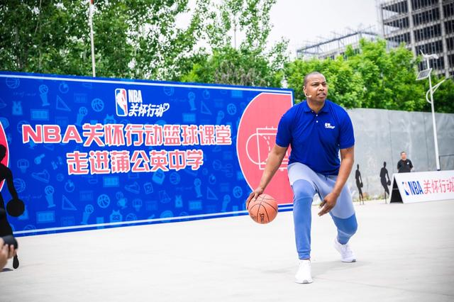 NBA关怀行动篮球课堂走进蒲公英中学